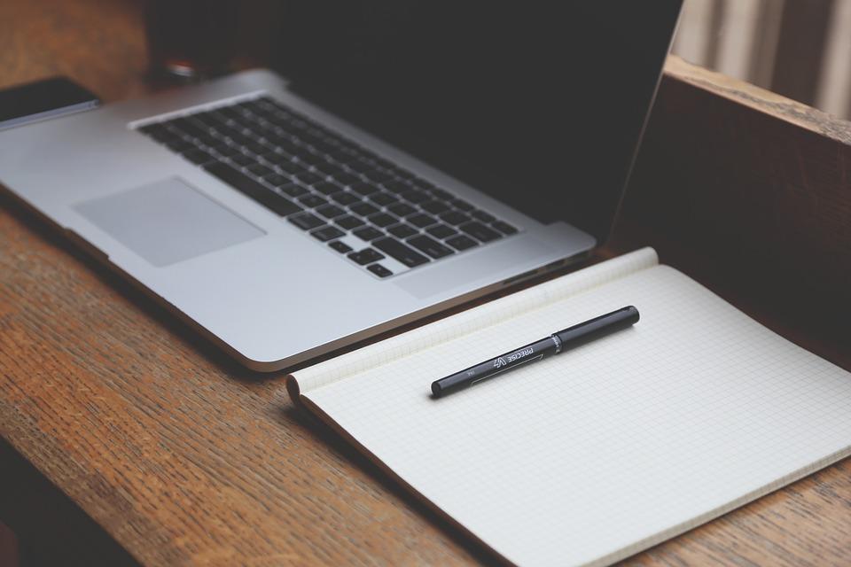 Laptop und Schreibblock